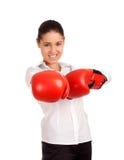 Retrato de los guantes de boxeo de la mujer de negocios que desgastan Fotografía de archivo libre de regalías