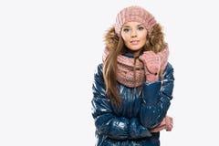 Retrato de los guantes que llevan hermosos atractivos de la mujer joven, triunfo fotos de archivo