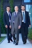 Retrato de los hombres de negocios que caminan en traje Fotografía de archivo libre de regalías