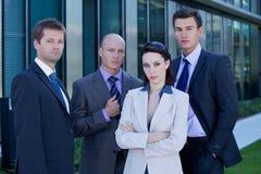 Retrato de los hombres de negocios que se colocan de lado a lado en traje Fotos de archivo