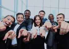 Retrato de los hombres de negocios jovenes emocionados que señalan en usted Foto de archivo