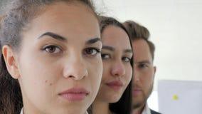 Retrato de los hombres de negocios que se colocan en fila en la oficina, cara del negocio, ejecutivo empresarial con el primer de almacen de video
