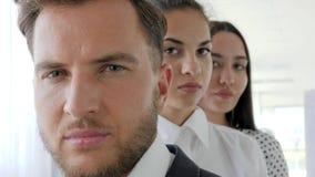 Retrato de los hombres de negocios que se colocan en fila en la oficina, cara del negocio, grupo de oficinistas, metrajes