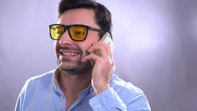 Retrato de los hombres rizados jovenes modernos felices atractivos en camisa a cuadros que hablan en el tel?fono celular almacen de metraje de vídeo