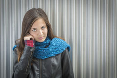 Retrato de los jóvenes de la bufanda que lleva observada azul de la muchacha bastante Fotos de archivo libres de regalías