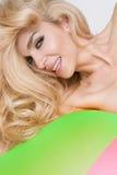 Retrato de los labios rojos atractivos de un modelo rubio atractivo de pelo largo hermoso de la mujer Imagen de archivo