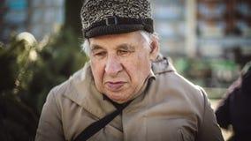 Retrato de los mayores, hombre mayor triste que mira la cámara metrajes