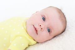 Retrato de los 2 meses preciosos de bebé en mono amarillo Imagen de archivo libre de regalías