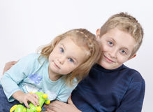 Retrato de los niños de la hermana y del hermano en el fondo blanco Foto de archivo libre de regalías
