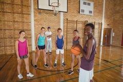 Retrato de los niños de la High School secundaria que juegan a baloncesto Fotos de archivo libres de regalías