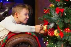 Retrato de los niños felices que adornan el árbol de navidad Familia, chr Fotos de archivo