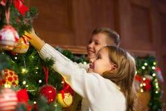 Retrato de los niños felices que adornan el árbol de navidad Familia, chr Foto de archivo