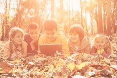 Retrato de los niños grandes del grupo en el parque Fotos de archivo
