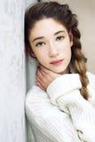 Retrato de los ojos verdes tristes de una muchacha adolescente que miran la cámara Imagen de archivo