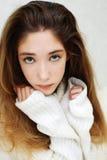 Retrato de los ojos verdes tristes de una muchacha adolescente que miran la cámara Imágenes de archivo libres de regalías
