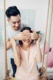 Retrato de los pares asiáticos jovenes que se relajan en casa imagen de archivo