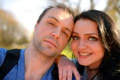 Retrato de los pares atractivos jovenes que tienen tontería emocional de la diversión junto Imagenes de archivo