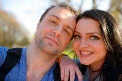 Retrato de los pares atractivos jovenes que tienen tontería emocional de la diversión junto Imagen de archivo libre de regalías