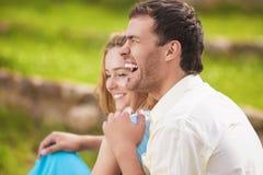 Retrato de los pares caucásicos de risa felices que se divierten al aire libre Imagen de archivo libre de regalías