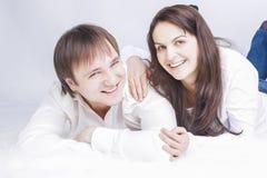 Retrato de los pares caucásicos de risa felices que ponen junto Imagen de archivo