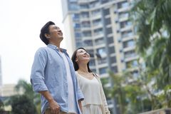 Retrato de los pares chinos jovenes que se colocan y que sonríen al aire libre en jardín Fotos de archivo libres de regalías