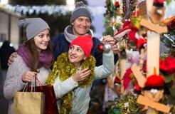 Retrato de los pares de la familia con la muchacha adolescente en la Navidad justa Foto de archivo libre de regalías