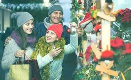 Retrato de los pares de la familia con la muchacha adolescente en la Navidad justa Imágenes de archivo libres de regalías
