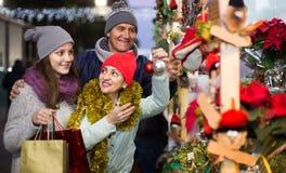 Retrato de los pares de la familia con la muchacha adolescente en la Navidad justa Fotos de archivo libres de regalías