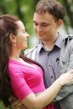 Retrato de los pares del amor en parque Imagen de archivo libre de regalías