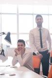 Retrato de los pares del negocio en la oficina Foto de archivo