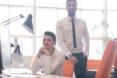 Retrato de los pares del negocio en la oficina Fotografía de archivo libre de regalías