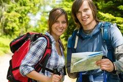 Retrato de los pares del senderismo que comprueban el mapa Fotos de archivo libres de regalías