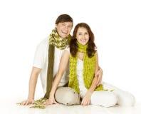 Retrato de los pares en la bufanda de lana, fondo blanco Imagen de archivo libre de regalías