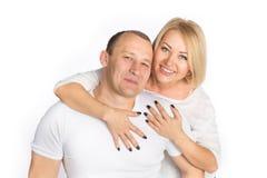 Retrato de los pares felices aislados en el fondo blanco Foto de archivo libre de regalías