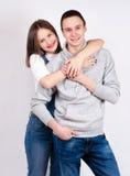 Retrato de los pares felices aislados en el fondo blanco Hombre atractivo y mujer que son juguetones Fotos de archivo