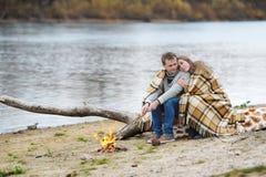 Retrato de los pares felices en la playa, el río o el lago Fotografía de archivo libre de regalías