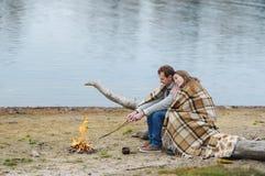 Retrato de los pares felices en la playa, el río o el lago Fotografía de archivo