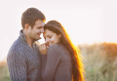 Retrato de los pares felices jovenes que ríen en un día frío por el aut Imágenes de archivo libres de regalías
