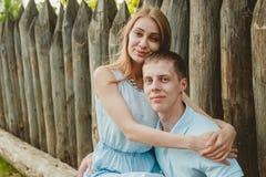 Retrato de los pares felices que abrazan el fondo de madera de risa Foto de archivo