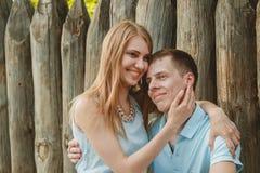 Retrato de los pares felices que abrazan el fondo de madera de risa Fotografía de archivo