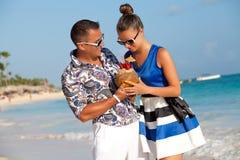Retrato de los pares hermosos felices que gozan en la playa Imagen de archivo libre de regalías
