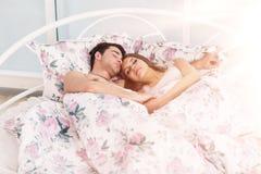 Retrato de los pares hermosos que ponen en cama Foto de archivo