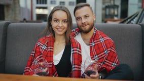 Retrato de los pares jovenes felices que sonríen en la cámara Vidrios con el vino honeymoon metrajes