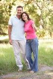Retrato de los pares jovenes que recorren en parque Foto de archivo libre de regalías