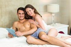 Retrato de los pares jovenes que se relajan en cama Foto de archivo