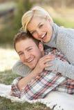 Retrato de los pares jovenes románticos que mienten en hierba Imagen de archivo libre de regalías