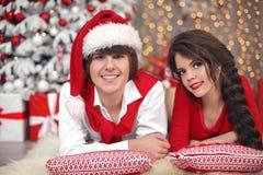 Retrato de los pares de la Navidad que se divierte que celebra Año Nuevo en el hom Fotos de archivo libres de regalías
