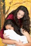 Retrato de los pares lesbianos hermosos que se sostienen sus Foto de archivo libre de regalías
