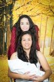 Retrato de los pares lesbianos hermosos que se sostienen sus Fotos de archivo libres de regalías
