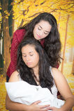 Retrato de los pares lesbianos hermosos que se sostienen sus Fotos de archivo